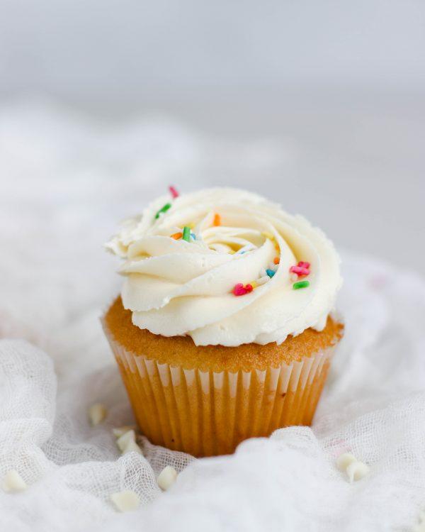 Tiramisu Bakery - Vanilla Cupcakes scaled