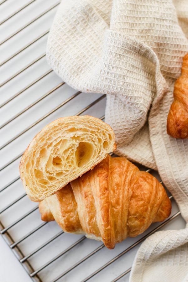 Tiramisu Bakery - plain croissants scaled